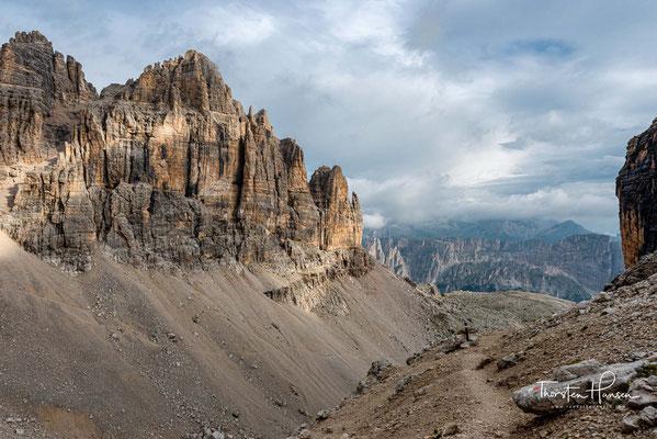 Ausblick auf das Mittagstal, dahinter die Berglandschaft von Alta Badia mit Sassongher und Fanesgruppe.