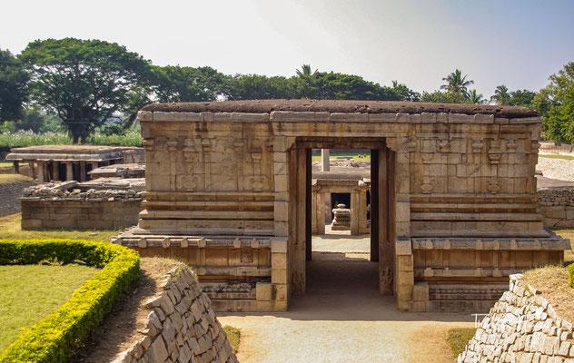 Unterirdischer Shiva Tempel. Prasanna Virupaksha, auch unterirdischer Shiva-Tempel genannt, ist einer der ältesten Tempel in Hampi. Er wurde fünf Meter unter dem Erdboden erbaut.