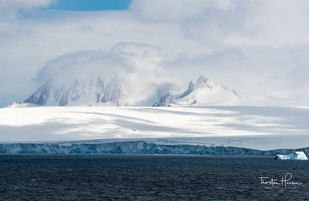 Die Halbinsel ist im hohen Grade gebirgig und steigt bis auf 2800 m an. Dieses Gebirge wird als Fortsetzung der südamerikanischen Anden betrachtet.