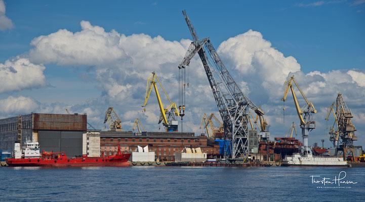 Industrie- und Hafenanlagen an der Newa