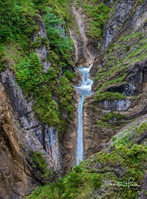 Sehr schön ist der Blick über die schroffe Felsenlandschaft mit der Klamm in der Tiefe. Auf der anderen Talseite ist der Weg zu sehen, der ins Tortal führt