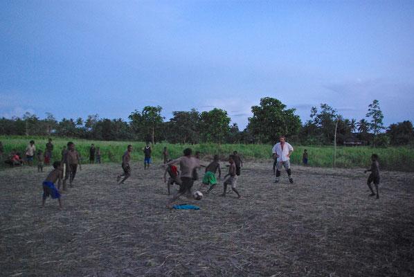 Fussball im Dorf Korogo