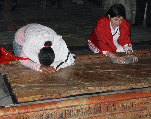 Die Marmorplatte markiert den Ort, an dem Jesus für das Begräbnis hergerichtet wurde.