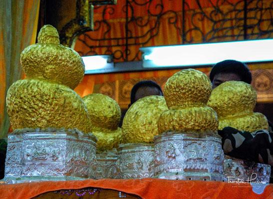 In einer von schlanken goldglänzenden Pfeilern getragenen hohen Halle steht ein Baldachin mit dem Altar für fünf Buddha-Statuen aus dem 12. Jahrhundert, um die sich viele Legenden und eine dicke Schicht Gold gebildet haben.
