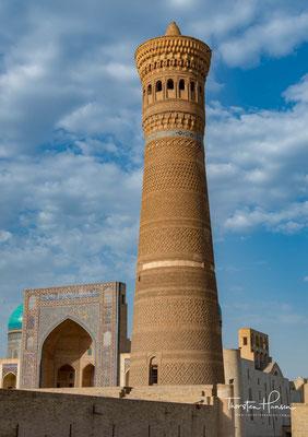 und umfasst vier Bauwerke: das Kalon-Minarett (Lage), die Kalon-Moschee (Lage), die Mir-Arab-Madrasa (Lage) und die Emir-Alim-Khan-Madrasa (Lage).