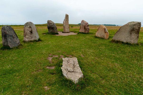 """Ales stenar oder Ale stenar (deutsch """"Die Steine von Ale"""") in der schwedischen Gemeinde Ystad in Schonen (Skåne) ist mit 67 Metern Länge und 19 Metern Breite eine der größten erhaltenen Schiffssetzungen (schwedisch skeppssättning) in Skandinavien."""