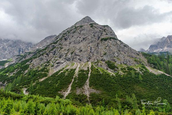 Er nimmt den Schlauchkarbach von links auf und verläuft anschließend in westlicher, dann in südwestlicher Richtung durch das Karwendeltal.