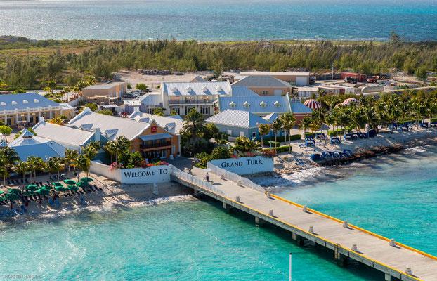 Der Pieranlage gegenüber liegt das gut gestaltete Cruise Center.
