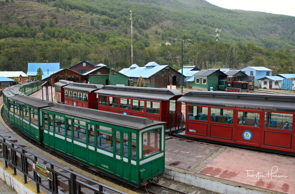 """Die Eisenbahn fährt vom Bahnhof """"Fin del Mundo"""" los,...."""