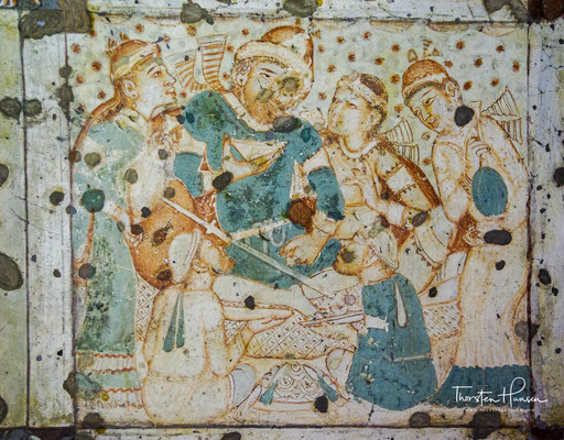 Die bedeutendsten Höhlen wurden mit Wandputz versehen, auf dem mit Mineralfarben Szenen aus dem Leben Buddhas dargestellt sind, die sich sehr wahrscheinlich am höfischen Leben der Zeit ihrer Entstehung orientieren