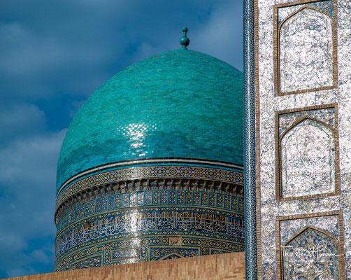 Die erst Anfang des 20. Jahrhunderts ebenfalls an der Südseite des Platzes erbaute Alim-Khan-Madrasa passt sich harmonisch in das Ensemble ein.