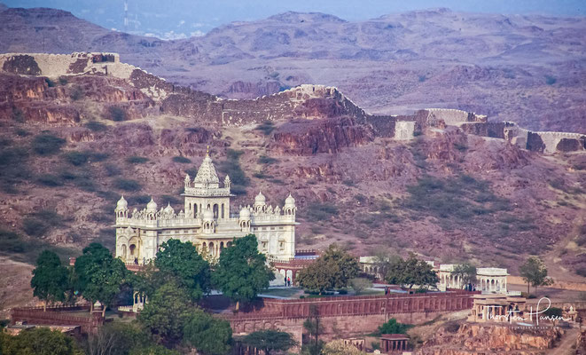 Strahlend weiß erhebt sich das Mausoleum für den Maharaja Jaswant Singh auf einem schwarzen Basaltfelsen ein wenig ausßerhalb vom Mehrangarh Fort.