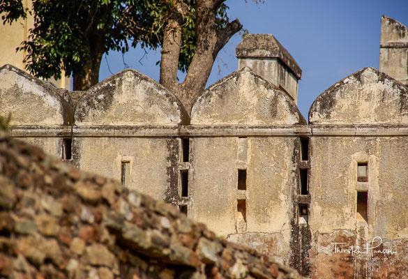 was den Rana von Udaipur zu einem Friedensschluss zwang, bei dem u. a. festgelegt wurde, dass Chittorgarh niemals wieder aufgebaut werden dürfe.