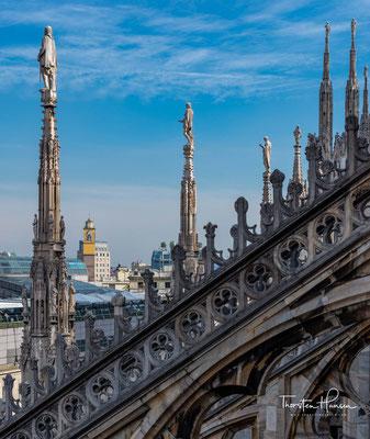 auch die Querschiffe waren 1409 vollendet. Als 1418 Papst Martin V. den Hauptaltar weihte, war der Vierungsturm noch unvollendet.