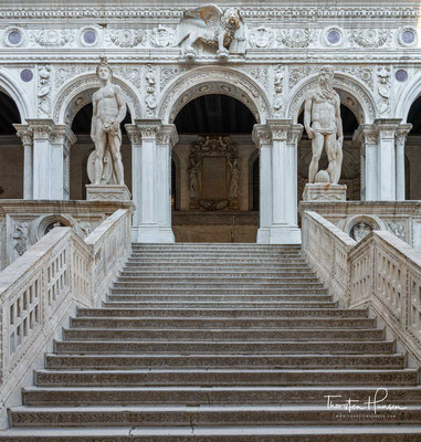 Die Scala dei Giganti ist die letzte von ehemals vier Treppen, die aus dem Innenhof in das Obergeschoss führten. Über sie gelangt man in die ehemaligen Räume des Dogen.