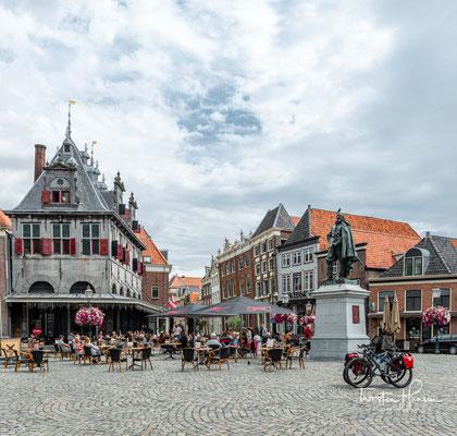 Statue zu Ehren von Jan Pieterszoon Coen auf dem Käsemarkt (Roode Steen) in Hoorn