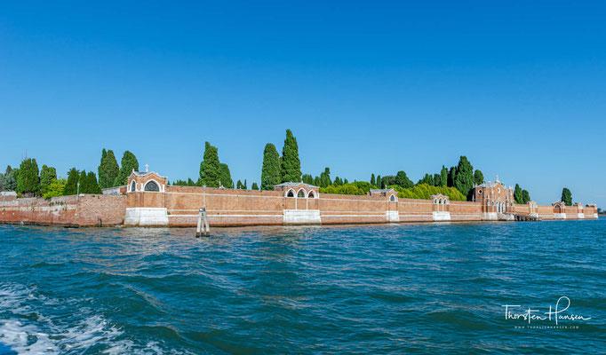 Umfassungsmauern des Friedhofs San Michele mit Seetor