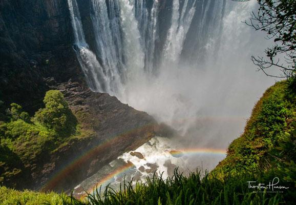 Die einheimischen Kololo nennen den Wasserfall hingegen Mosi-oa-Tunya (zu deutsch: donnernder Rauch).