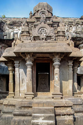 Das besondere an den Höhlen von Ellora ist die Tatsache, dass sie Stätte verschiedener Religionen sind.