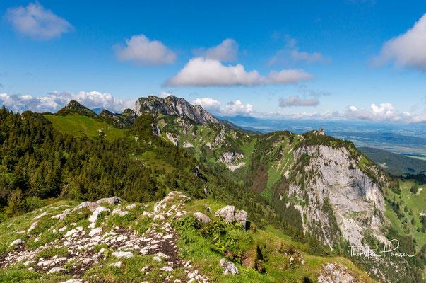 Blick auf die drei Achselköpfe. Sie sind ein bis zu 1710 m hoher Teil des Rückens der Benediktenwandgruppe in den Bayerischen Voralpen