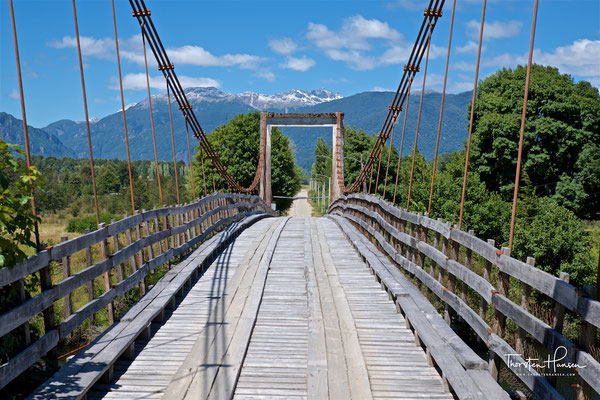 Brücke über dem Rio Simpson