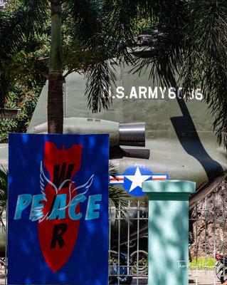 Eine Fotogalerie zeigt Kriegshandlungen, den Einsatz von Napalm sowie der Entlaubungsmittel Agent Orange und Agent Blue, die über Vietnam versprüht wurden.