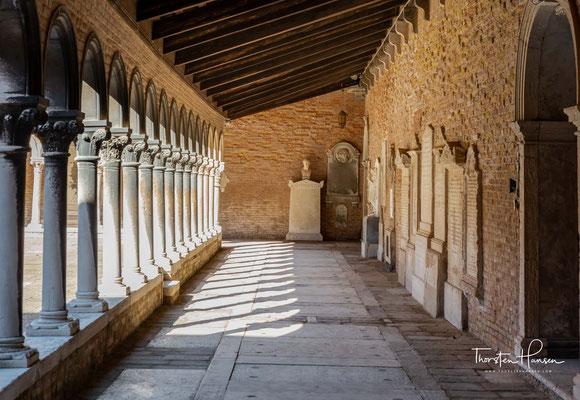 Die Kamaldulenser sind ein katholischer Eremiten-Orden, der auf den Heiligen Romuald von Camaldoli zurückgeht, dem Gründer des Ordens.