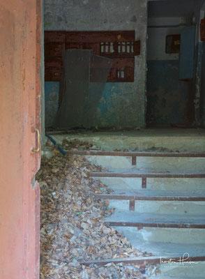 Eingang zu einem evakuierten Wohnhaus in Prypjat