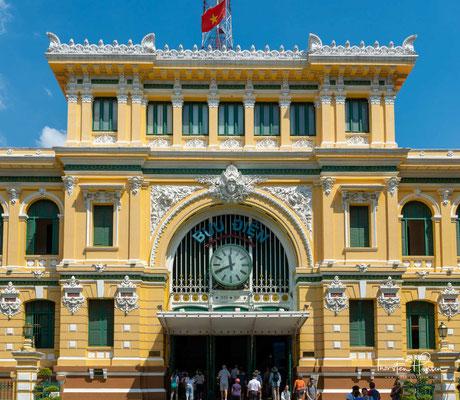 An der Dong Khoi steht das zwischen 1886 und 1891 errichtete Hauptpostamt. Abgesehen von einer Renovierung und Modernisierung der Schalter erfolgten seit der Entstehung fast keine Änderungen.