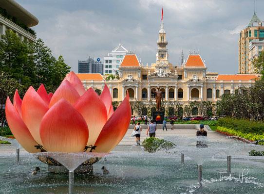 Das Rathaus von Ho Chih Minh City wurde Anfang des 20. Jahrhunderts von den Franzosen errichtet. Das reich verzierte Gebäude erinnert in seiner Architektur an europäische Schlösser. Es fungiert heute als Sitz des People's Committees im ehemaligen Saigon
