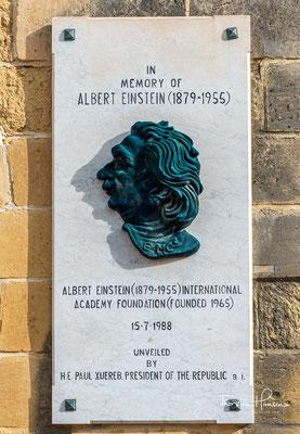 Im Park befinden sich verschiedene Kunstwerke und Denkmäler, unter anderem für Gerald Strickland und Winston Churchill. Auch Albert Einstein und Guglielmo Marconi sind Gedenktafeln gewidmet.