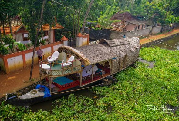 Die Backwaters sind ein verzweigtes Wasserstraßennetz im Hinterland der Malabarküste im südindischen Bundesstaat Kerala.