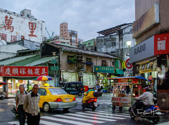 Ein besonderes Erlebnis ist ein Bummel über die vielen Nachtmärkte in Taiwan. Jede Stadt hat ihren Nachtmarkt, mit seinem bunten Angebot eine Attraktion für Touristen und Einheimische. Hier kann man bis in die frühen Morgenstunden essen und einkaufen.