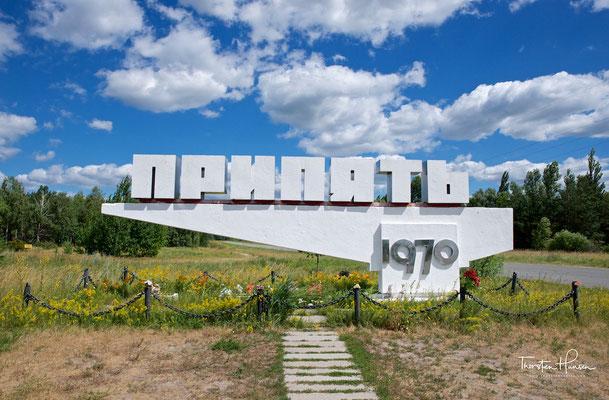 Ortsschild von Prypjat mit dem Gründungsjahr der Stadt