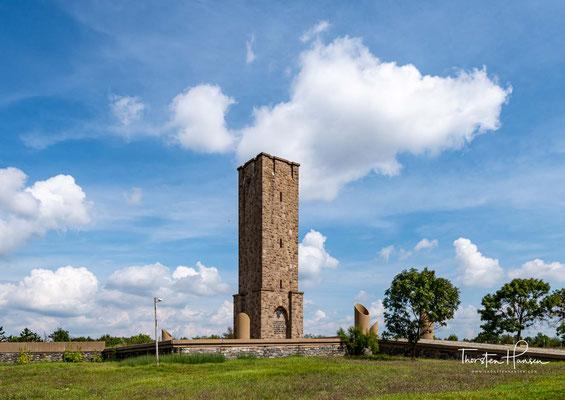 Die serbische Gedenkstätte befindet sich in ungefähr einem Kilometer Entfernung und heißt Gazimestan.