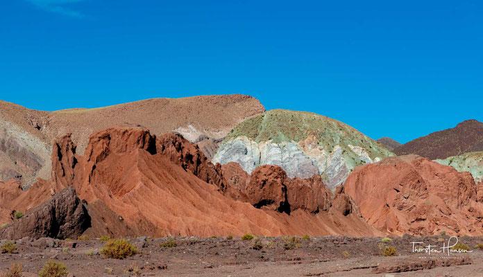 Es verdankt seinen Namen der Vielfalt der Farben, die in den Hügeln des Tals zu sehen sind;