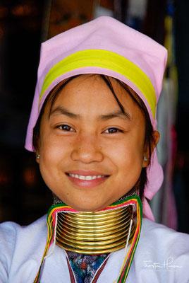 """Padaung ist eine Fremdbezeichnung und hat ihren Ursprung in der Sprache der Shan. Diese nennen die Frauen in Anspielung auf den Schmuck Yan Pa Daung (""""mit glänzendem Metall umwickelte Menschen"""")."""