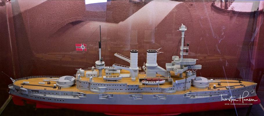 Linienschiff Schleswig Holstein. Die von ihr am 1. September 1939 vom Hafenkanal in Danzig begonnene Beschießung der Westerplatte gilt als der Beginn des Zweiten Weltkrieges.