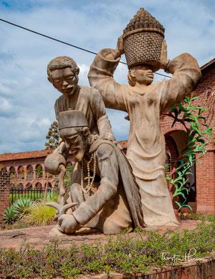 Skulptur vor der Mua Mission