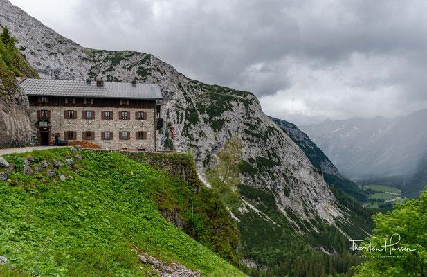 Die Hütte mitten im Karwendel ist eine der meistbesuchten alpinen Unterkünfte. Die aussichtsreiche Berghütte steht an einer Kante unterhalb vom 2192 Meter hohen Hochalmkreuz.