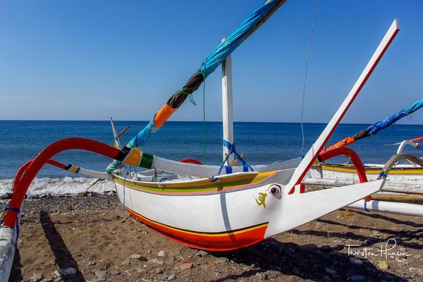 Höhepunkte an der schön geschwungenen Bucht sind die Sonnenaufgänge zwischen 7 und 7.30 Uhr früh. Um diese Uhrzeit kehren auch die Fischer mit ihren Jukungs (Auslegerboote) vom Meer zurück.