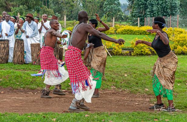 """Eine königliche Mitglied der Busoni, namens Muyange, floh mit seinen Tänzern namens """"Abayange"""" aus Burundi, um sein Leben und suchte in Ruanda Asyl."""
