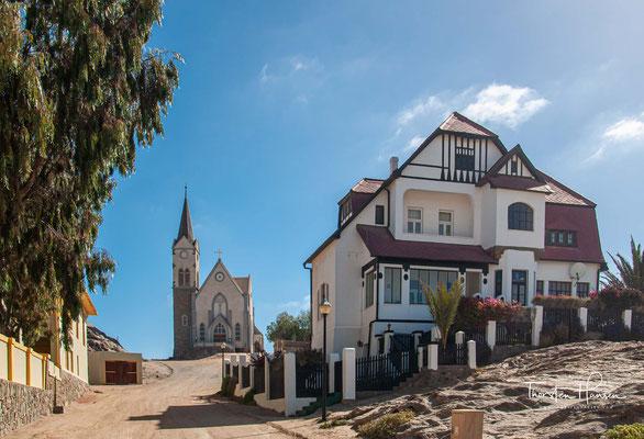 Die Kirche wurde durch Spenden aus Deutschland in Höhe von 46.000 Goldmark finanziert und nach den Plänen von Albert Bause im neogotischen Stil erbaut.