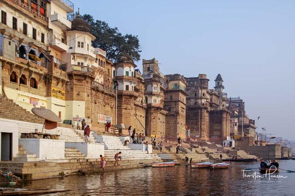Aus dem ganzen Subkontinent kommen Pilger, um sich im heiligen Fluss Ganges von ihren Sünden rein zu waschen oder Erlösung zu finden.