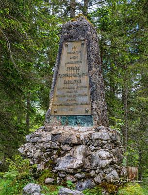 Hermann-von-Barth-Denkmal im Kleinen Ahornboden. Er schrieb im 19. Jahrhundert die ersten alpinen Bergführer und galt als Erforscher der Alpen.