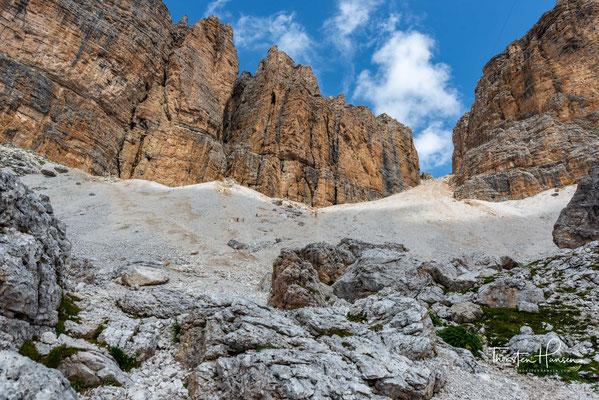 Von dem 2950m hohen Sass Pordoi geht es bergab ins Tal