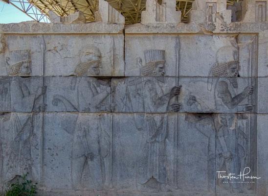 Der nördliche, sowie der östliche Seitenaufgang zur Apadana sind mit diversen wunderbaren Reliefs geschmückt, deren qualitativ hochwertige Steine den vernichtenden Brand großteils überstanden haben.
