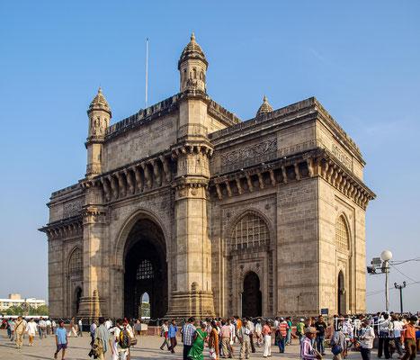 n Colaba befindet sich eines der Wahrzeichen von Mumbai, das Gateway of India, 1924 nach Plänen von George Wittet (1878–1926) erbaut.