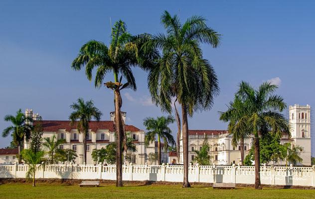 Goa ist nach der ehemals gleichnamigen Stadt, heute Velha Goa, benannt. Die Region war als Teil Portugiesisch-Indiens rund 450 Jahre lang portugiesische Kolonie und weist daher eine besondere kulturelle Prägung auf.