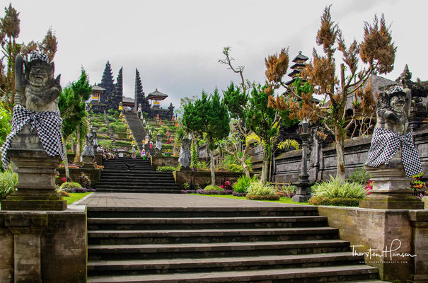 Dabei muss jeder Balinese einmal in diesem Jahr zum Tempel pilgern, um sich symbolisch für das neue Jahrhundert zu reinigen.